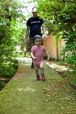 Vater und Sohn im Park - p606m1462368 von Iris Friedrich