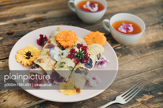 Pancakes with edible flowers and infusion of red flowers - p300m1581451 von skabarcat