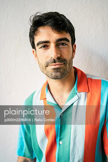 Spain, Valencian Community, Valencia. Portraits modern man with longboard - p300m2286816 von Rafa Cortés