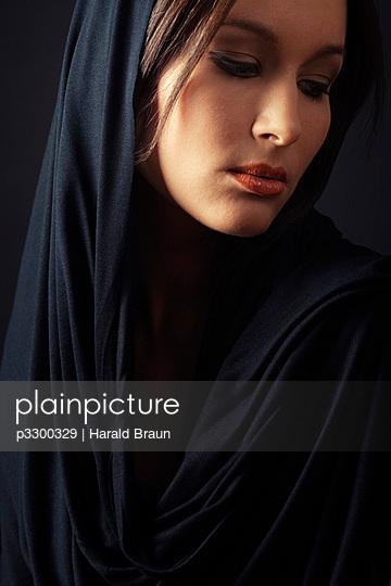 Frau mit Kopftuch - p3300329 von Harald Braun