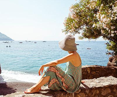 Frau am Meer - p432m1153095 von mia takahara