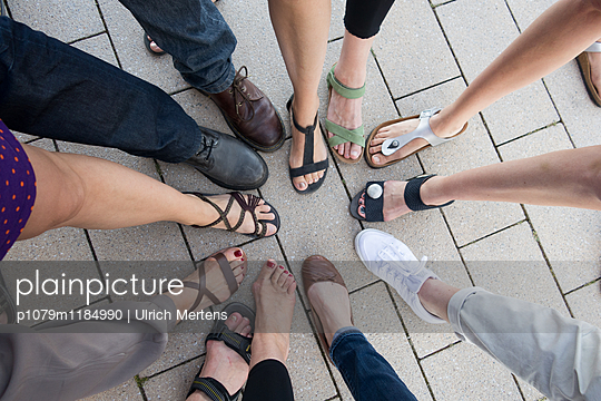 Gruppenbild mit Beinen - p1079m1184990 von Ulrich Mertens