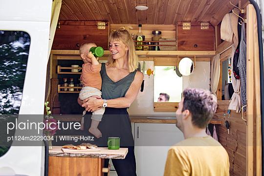 Familie im Wohnmobil - p1124m2229034 von Willing-Holtz