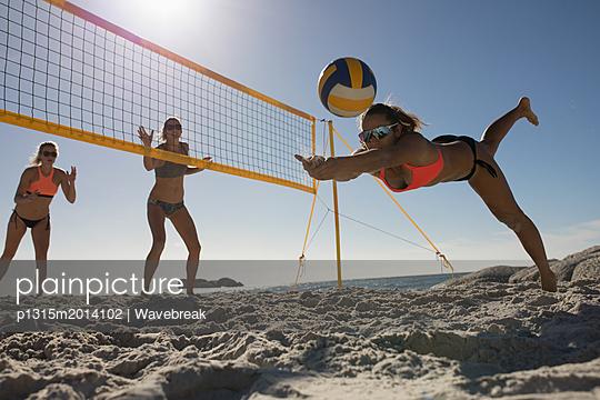 plainpicture - plainpicture p1315m2014102 - Female volleyball players p... - plainpicture/Wavebreak