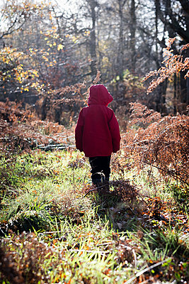 Little boy standing in a forest clearing alone - p1228m1511165 by Benjamin Harte
