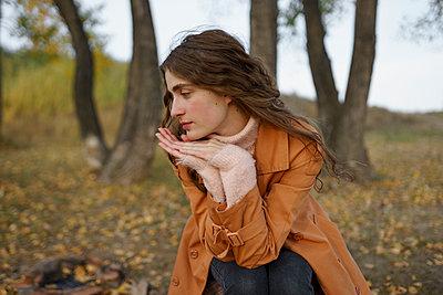 Frau mit braunen Haaren in der Natur - p1646m2232030 von Slava Chistyakov