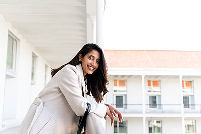 Portait of happy young woman on balcony - p300m2166205 by VITTA GALLERY