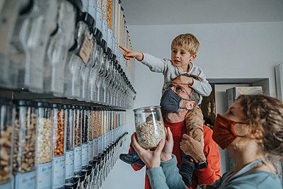 Family shopping in zero waste shop, Cologne, NRW, Germany - p300m2256375 von Mareen Fischinger