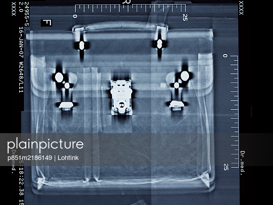 X-ray image of a briefcase - p851m2186149 by Lohfink