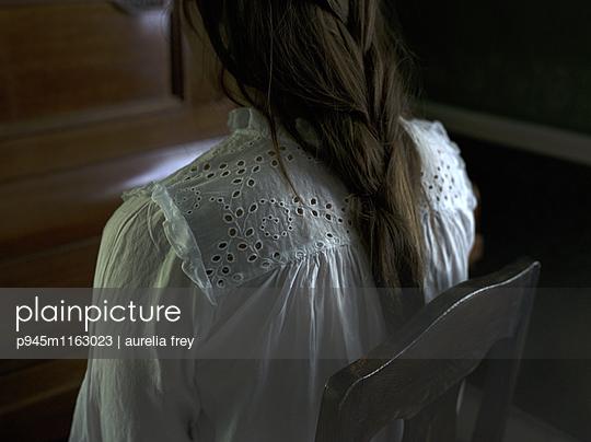 Teenager in weißer Bluse - p945m1163023 von aurelia frey