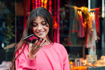 Teenager girl street lifestyle, Seville, Spain - p300m2282108 von Julio Rodriguez
