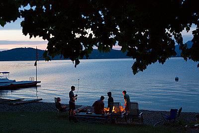 Lagerfeuer am See - p635m1042180 von Julia Kuskin