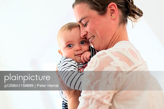 Mutter drückt Baby an sich - p1258m1158889 von Peter Hamel