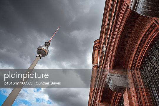 Berliner Fernsehturm und Rotes Rathaus am Alexanderplatz, Bundeshauptstadt Berlin, Deutschland - p1316m1160969 von Günther Bayerl