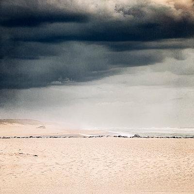 France, Nouvelle-Aquitaine, Contis, Gray storm clouds over Contis Plage beach - p300m2170771 by Dirk Wüstenhagen