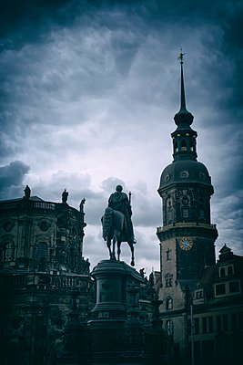 Germany, Saxony, Dresden, view to court church and Equestrian statue of King John - p300m948914 by Markus Keller