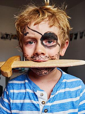 Kleiner Junge als Pirat - p358m2073180 von Frank Muckenheim
