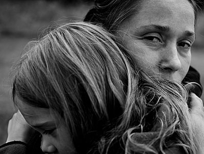 Mutter und tochter in enger Umarmung - p972m1333407 von Tobias Regell