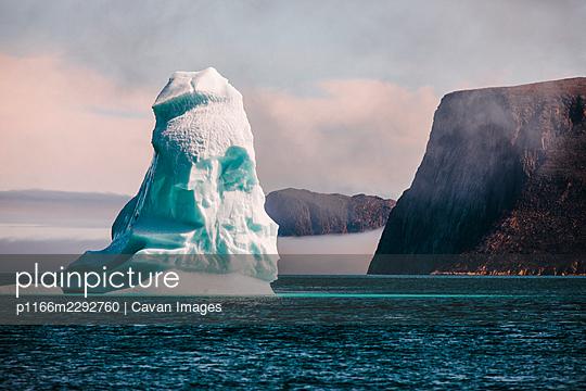 Iceberg floats in the Arctic Ocean, Baffin Island, Canada. - p1166m2292760 by Cavan Images