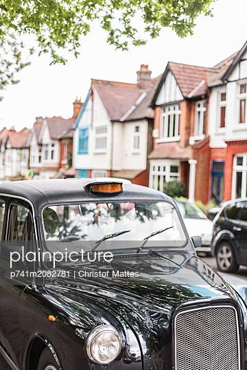 Taxi parkt in einer Wohngegend - p741m2082781 von Christof Mattes