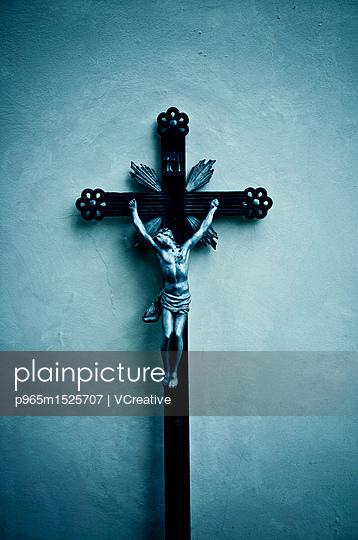 plainpicture | Photo library for authentic images - plainpicture p965m1525707 - Catholic cross with Christ ... - plainpicture/VCreative