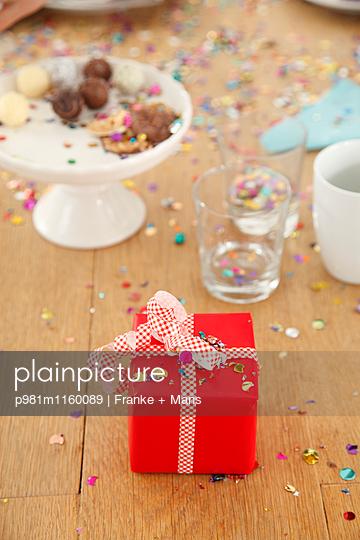 Rotes Geschenk - p981m1160089 von Franke + Mans