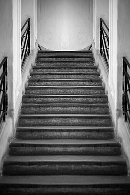 Perfectly symmetrical ascending stone staircase in a historic building in Vienna. - p1433m2086948 by Wolf Kettler