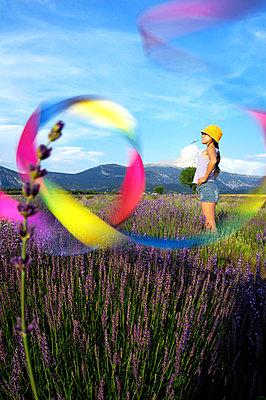 Mädchen im Lavendelfeld - p1468m1528676 von Philippe Leroux