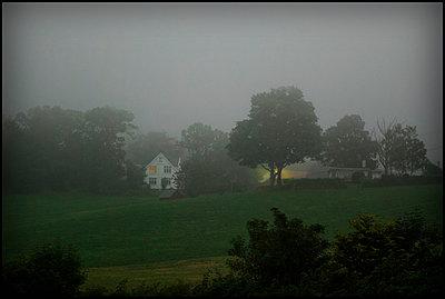 Haus im Nebel - p1693m2294969 von Fran Forman
