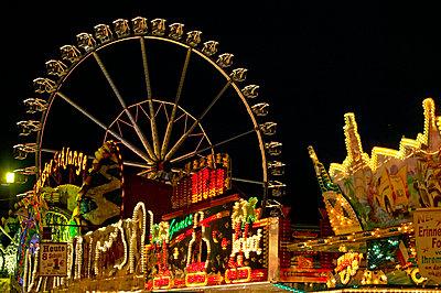 Germany, Hamburg, Ferris wheel at night - p300m879492 by Tom Hoenig