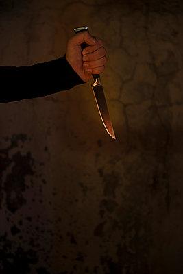 Man holding knife - p335m1041631 by Andreas Körner
