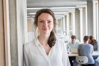 Studentin in Bibliothek - p1284m1452146 von Ritzmann