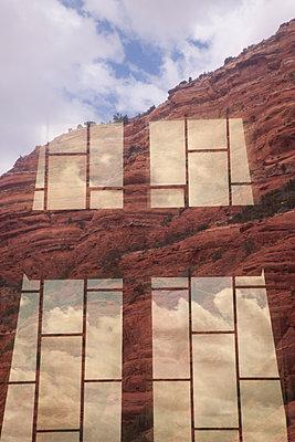 Reflexe auf der Fensterscheibe - p1514m2089742 von geraldinehaas