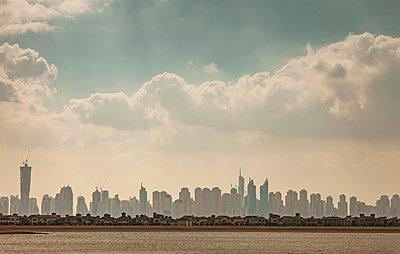 Dubai skyline and villas of Palm Jumeira Island, Dubai, United Arab Emirates - p429m1095102f by Lost Horizon Images