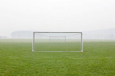 Fußballtore im Nebel - p902m984057 von Mölleken