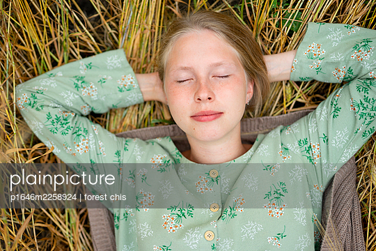 Young woman lying in cornfield - p1646m2258924 by Slava Chistyakov
