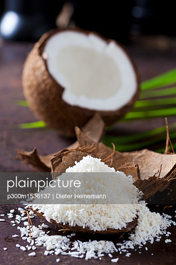 Pile of coconut flakes - p300m1536137 by Dieter Heinemann