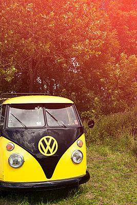 VW-Bus im Grünen - p045m1465144 von Jasmin Sander