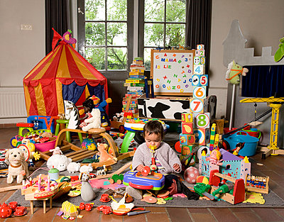Children with a huge amount of toys - p1231m1043107 by Iris Loonen