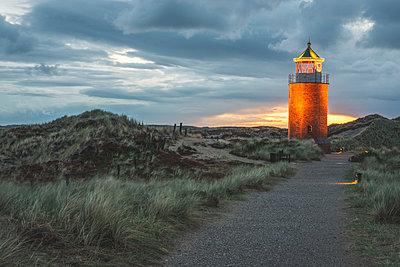 Germany, Schleswig-Holstein, Sylt, Kampen, cross light in dunes at sunset - p300m2042181 by Kerstin Bittner