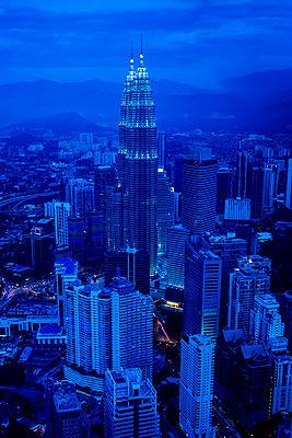 View of city skyline lit up at night, Kuala Lumpur, Malaysia - p555m1420177 by Inti St Clair