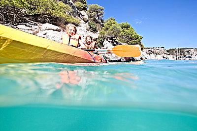 Zwei Mädchen in einem Boot - p713m2087662 von Florian Kresse
