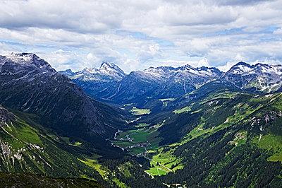 View onto mountain scenery in Vorarlberg - p851m1116276 by Lohfink