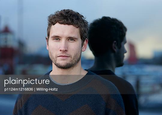 Portrait Mann vor Glasscheibe - p1124m1216836 von Willing-Holtz