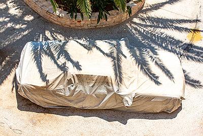 Car under plastic tarpaulin - p1484m2217610 by Céline Nieszawer