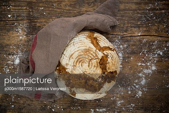 Homemade sourgough rye bread - p300m1587720 by Larissa Veronesi