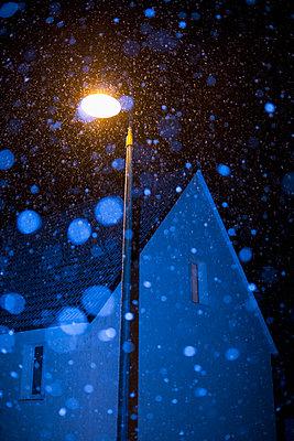 Schneeflocken bei Nacht - p1149m1511202 von Yvonne Röder