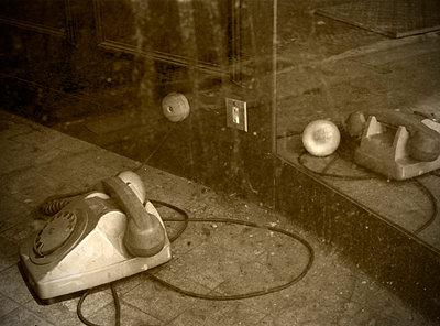 altes Telefon im Schaufenster - p171m1425420 von Rolau