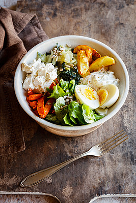 Lunch Bowl with baked potato and carrot, herbed curd cheese, salad, mangold, feta and boiled egg - p300m1567941 by Eva Gruendemann