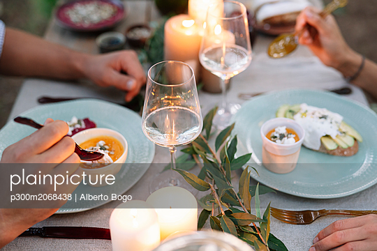 Close-up of couple having a romantic candelight meal outdoors - p300m2068438 von Alberto Bogo